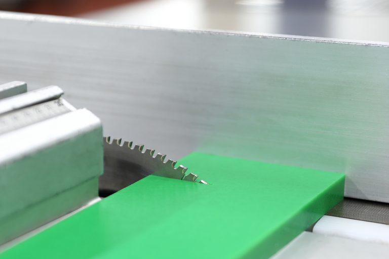 kunststoff-zerspanen-sägen-großformatplattensäge-polyethylene1000-grün-pe1000grün