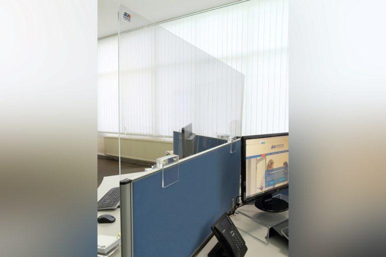 sm-kunststoff-ladenbau-kunststoffzerspanen-hygienewand-schreibtischtrennung-bueroeinrichtung-sicherheit-abstand-corona-covid-19-pandaemie-hygienekonzept-mitarbeiter-schuetzen-1