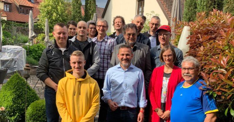 SM Kunststoff in Offenburg - Mitarbeiter vor Haus